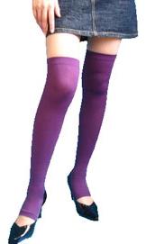 紫色のニーハイソックスを両足に